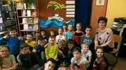 Głośne czytanie w bibliotece szkolnej