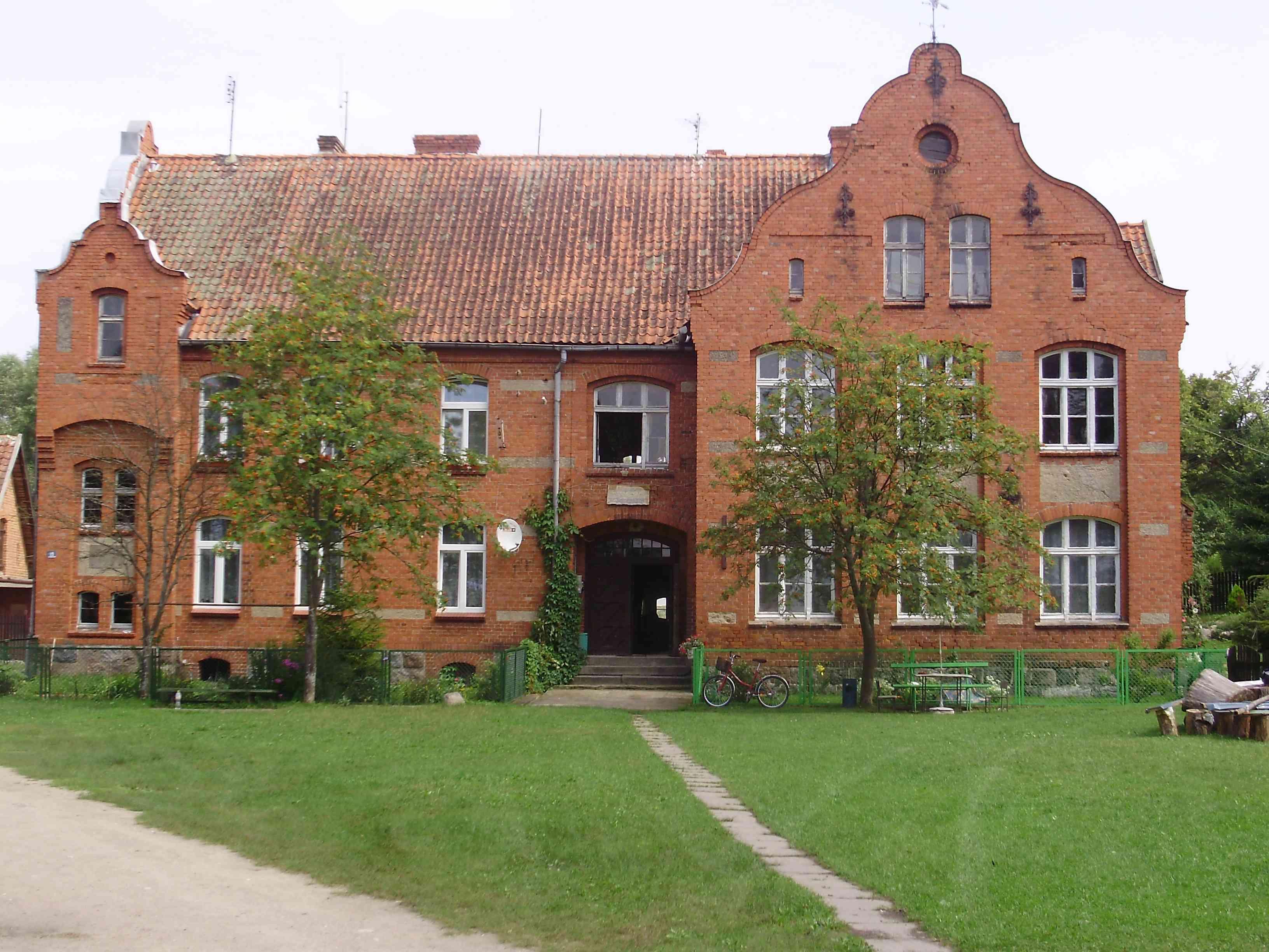 https://m.powiatszczycienski.pl/2016/08/orig/dawna-szkola-podstawowa-w-saplatach-obecnie-muzeum-regionalne-w-saplatach-6778.jpg
