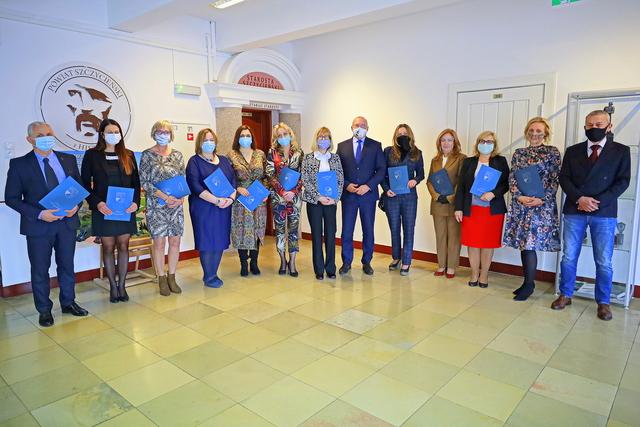 Zdjęcie przedstawia nauczycieli i dyrektorów, którzy otrzymali nagrodę Starosty Szczycieńskiego.