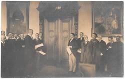 Przekazanie głosów regionu w budynku Rejencji Olsztyńskiej w dniu 16 sierpnia 1920r. (zdjęcie ze zbiorów Witolda Olbrysia)
