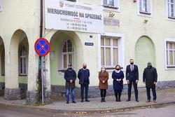 Zdjęcie przedstawia władze Powiatu Szczycieńskiego i Banku Spółdzielczego w Szczytnie na tle nieruchomości przy ul. 3 Maja.