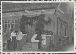 Emil Leyk ze swoją rodziną przed domem w Wielbarku (ze zbiorów Wiktora Marka Leyka)