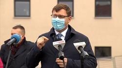 Wojewoda warmińsko-mazurski Artur Chojecki podczas konferencji przed Szpitalem Powiatowym w Szczytnie.