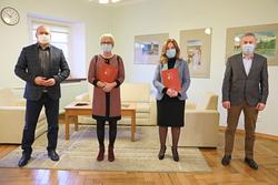 Na zdjęciu władze Powiatu Szczycieńskiego oraz dyrektorzy placówek