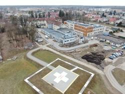 Opis. Na pierwszym planie lądowisko dla śmigłowców, na drugim powstający Szpitalny Oddział Ratunkowy oraz stara i nowa bryła szpitala.