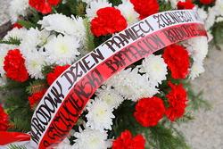 Opis. Obchody Narodowego Dnia Pamięci Żołnierzy Wyklętych pod pomnikiem Orła Białego w Szczytnie.