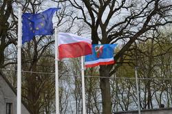 Flagi Polski, Unii Europejskiej i Powiatu Szczycieńskiego przed Szpitalem Powiatowym