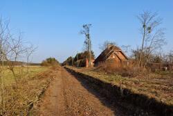 Dawny dworzec w miejscowości Jabłonka. Na starym torowisku powstaje trasa rowerowa. Fot. Witold Olbryś